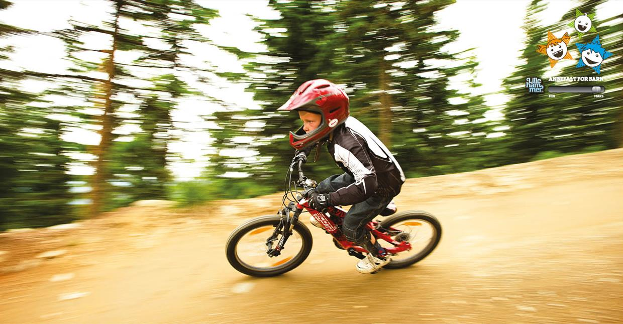 Kid riding downhill inHafjell Bike Park
